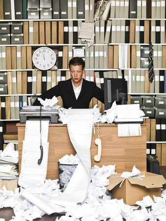 messy office: Affari frustrato in un ufficio disordinato