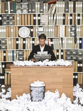 messy office: Autore femminile in un ufficio disordinato