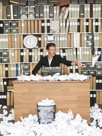 messy office: Autore frustrato femminile in un ufficio disordinato