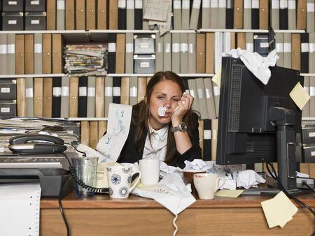 Geschäftsfrau mit der Grippe im Büro