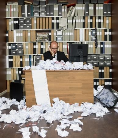 messy office: Uomo d'affari Nerdy in un ufficio disordinato