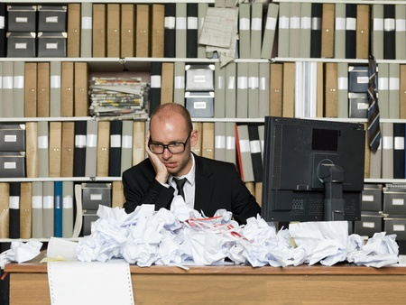 oficina desordenada: Hombre de negocios cansado en una oficina desordenada