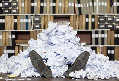 ahogarse: Enterrado en papeles en la oficina Foto de archivo