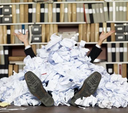 Begraben in den Papieren im Büro