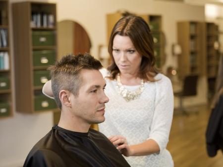 peluquero: Hombre adulto en un sal�n de belleza Foto de archivo