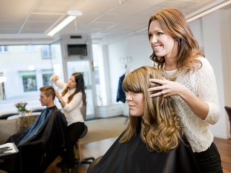 hairdresser cutting hair: Group of people in a Beauty salon