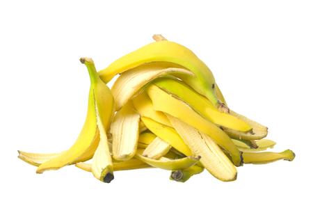 Pila de Piel de plátano en el fondo blanco