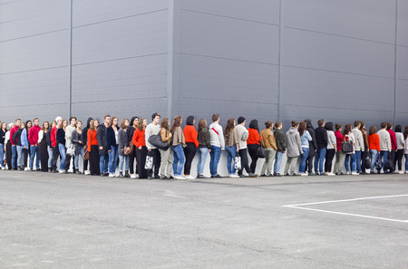 personnes qui marchent: Grand groupe de gens qui attendent en ligne Banque d'images