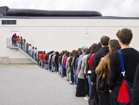 fila di persone: Grande gruppo di persone in attesa in linea