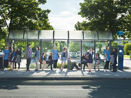viagem: Grande grupo de pessoas esperando no ônibus