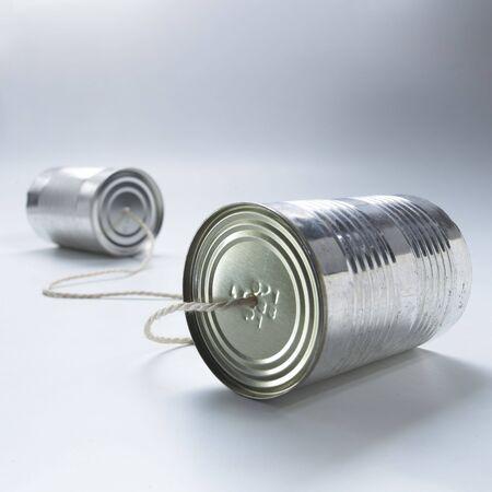 tin cans: twee blikjes verbonden door een touwtje Stockfoto