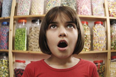 fish store: ni�a sonriente en pavor en las filas de dulces Foto de archivo