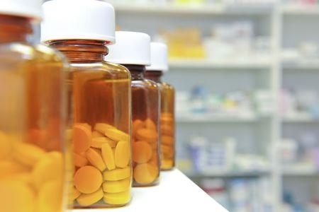 recetas medicas: hilera de botellas y las pastillas en una farmacia mostrador