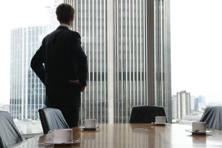empezar: Hombre de negocios de adultos solo a la espera de la reuni�n para comenzar en la sala de la Junta Foto de archivo