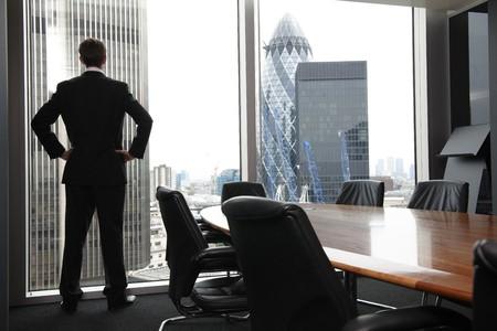 comenzar: Hombre de negocios de adultos solo a la espera de la reuni�n para comenzar en la sala de la Junta Foto de archivo