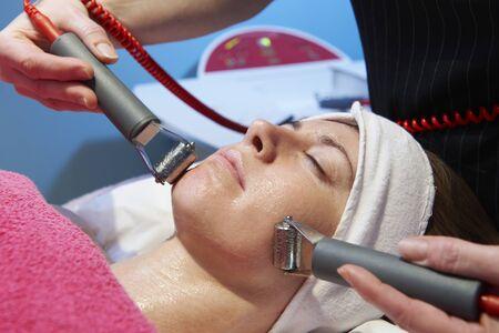 pulizia viso: donna di avere un trattamento viso stimolante da un terapista
