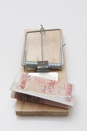 libra esterlina: cincuenta billete de una libra situado en una ratonera en el fondo blanco Foto de archivo