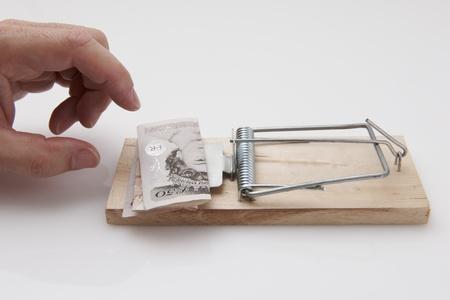 sterlina: Mano maschile, prendendo 50 banconota da trappola per topi