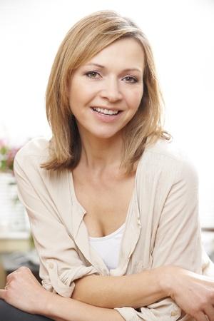 retrato de mujer: cintura para arriba retrato de la mujer cauc�sica madura en su 40