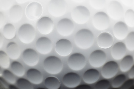 pelota de golf: Cierre de vista que muestra hoyuelos en una pelota de golf Foto de archivo