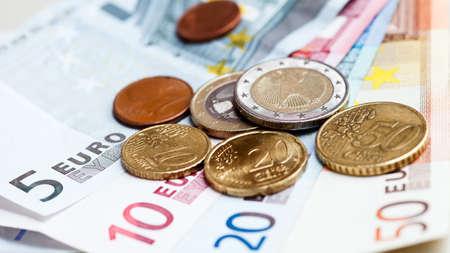 dinero euros: Dinero monedas y billetes en euros Foto de archivo