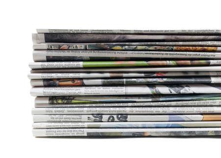 informait: Pile de vieux journaux isol� sur un fond blanc Banque d'images