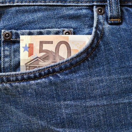 pick money: ? 50 nota en el bolsillo de los pantalones vaqueros azul