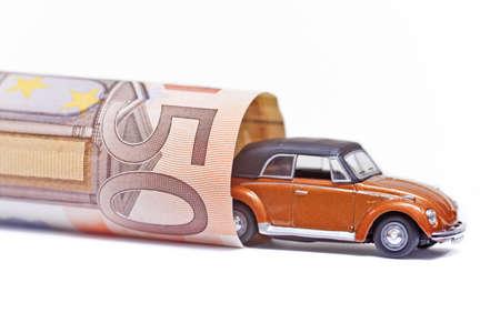 dinero euros: coche dinero aislados en el fondo blanco