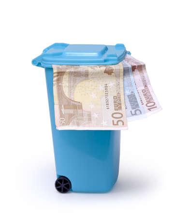 papelera de reciclaje: Euro del dinero en la papelera de reciclaje en blanco