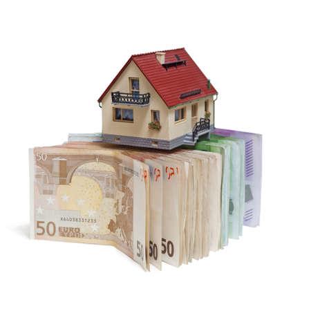 banconote euro: Casa di banconote in euro su sfondo bianco