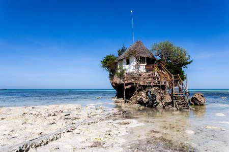 Restaurante de la roca, isla de Zanzíbar, Tanzania Foto de archivo - 68703999