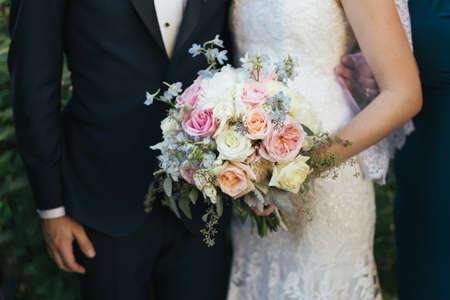 Bruid en bruidegom bruiloft boeket close-up Stockfoto