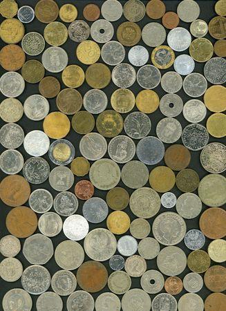 黒の背景に多くの 20 世紀のコイン