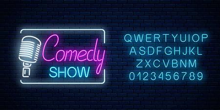 Insegna al neon dello spettacolo comico con il simbolo del microfono retrò con l'alfabeto su uno sfondo di muro di mattoni. Il monologo dell'umorismo alza l'insegna luminosa. Illustrazione vettoriale.