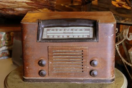 La radio retro todavía reproduce algo de música.