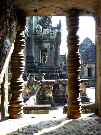 cambodge: Looking through a Window of an Ancient Temple to surrounding ruins, AngKor, Siem Reap, Cambodia