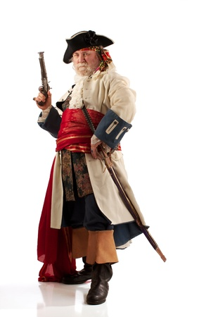 sombrero pirata: Clásico barbudo capitán pirata en el desafiante pose Foto de archivo