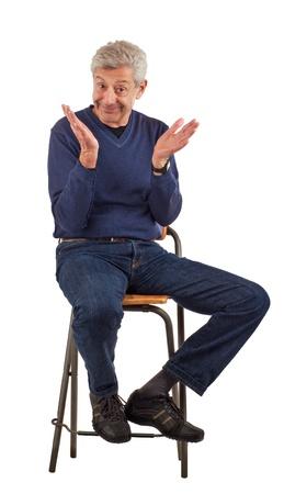 manos aplaudiendo: Feliz sonríe altos, mira hacia arriba y levanta las manos como si fuera a aplaudir uso de oscuros pantalones de mezclilla y una camisa de manga larga, se sienta en un taburete aislado en formato de blanco, vertical