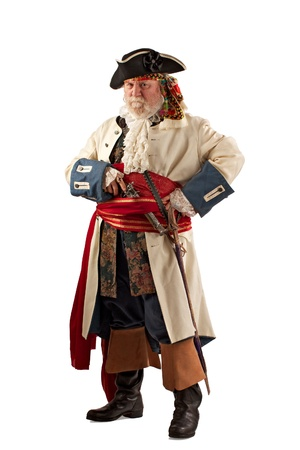 Classic vousatý pirát kapitán v obranném postoji, držení zbraně vertikální rozložení, izolovaných na bílém pozadí s kopií vesmíru
