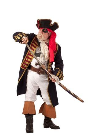 Classic 18e eeuw bebaarde piraten kapitein tekening zwaard in uitdagende pose Verticale lay-out, op een witte achtergrond met een kopie ruimte Stockfoto
