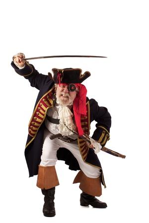Classic 18. století vousatý pirát kapitán vrhl se vpřed se zvednutým mečem v náročné představovat izolovaných na bílém pozadí s dostatkem prostoru pro kopírování Reklamní fotografie