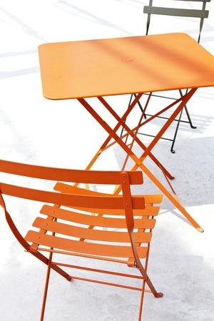 Barevné kovové patio stůl a židle roštová s jejich stíny, aby abstraktní konstrukce Reklamní fotografie