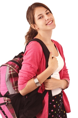 Docela usmívající se dospívající dívka v módní zpátky do školy oblečení s sebou nese batoh přes rameno. Růžový svetr, černé krátké sukně. Vertikální, izolovaných na bílém, copy space.