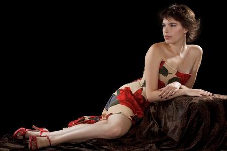 美しい若い暗い髪の女性セクシーなストラッ プレス ドレスで
