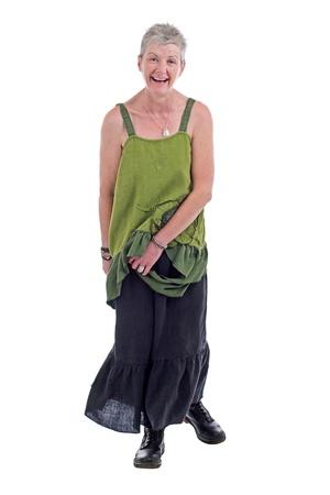 loose hair: Allegro donna amichevole pi� vecchio si trova in libero fluire lungo verde biancheria da due pezzi abito con volant. Ha corti capelli grigi. Isolato su sfondo bianco, verticale.