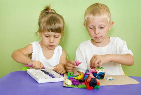 Les enfants passionnés par la modélisation de l'argile