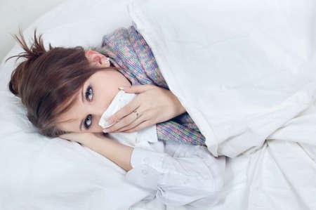 Ni�a con un fr�o en la cama Foto de archivo - 9130019