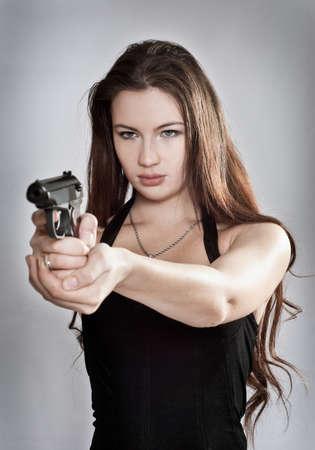mujer con pistola: Chica buscando un arma de fuego, se centran en la persona Foto de archivo