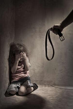 Kindermishandeling met de mishandelende ouder vader Stockfoto