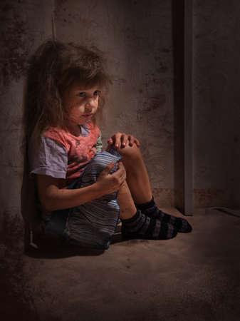 wees: kind alleen in een donkere hoek Stockfoto